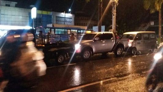 BREAKING NEWS: Hujan Lebat, Tabrakan Beruntun di Sudirman, 5 Mobil Ringsek...Ini Penampakannya...
