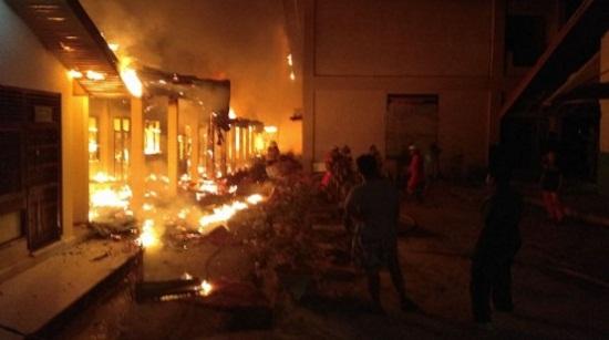 Kebakaran Hebat Luluh Lantakkan Sejumlah Bangunan di SMPN 4 Pekanbaru