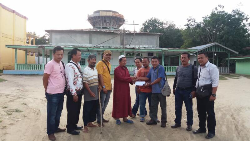 Wartawan Ujung Tanjung Beri Bantuan untuk Pembangunan Masjid Baiturrahim