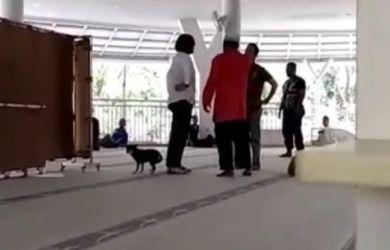Wanita Ngamuk Sambil Bawa Anjing ke dalam Masjid Al-Munawwarah Sentul City