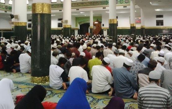 Shalat Tarawih Perdana di Masjid Annur, Jemaah Doakan Ipda Auzar