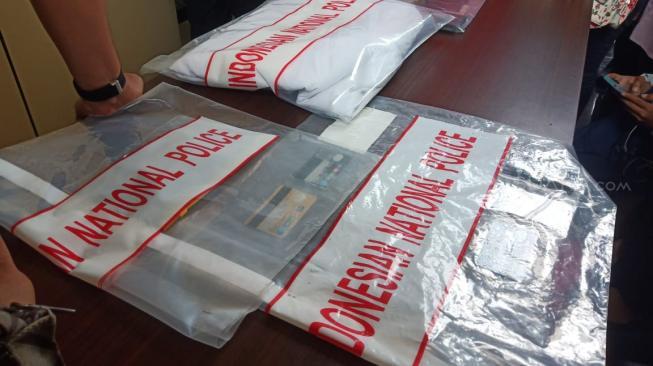 Blak-blakan, Polisi Akhirnya Pamerkan Kondom dan Kolor Berwarna Ungu Milik  Vanessa Angel