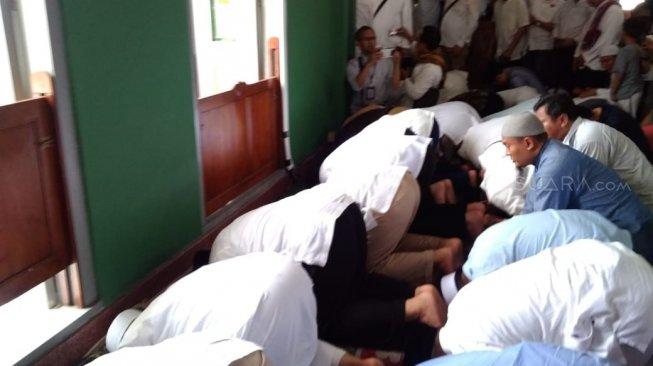 Jamaah Teriak 'Presiden', Prabowo Kembali Sujud Syukur di Masjid Al-Azhar
