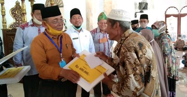 HM Harris Gerilya Serahkan BLT DD, Pemerintah Hadir Ditengah Kesulitan Warga