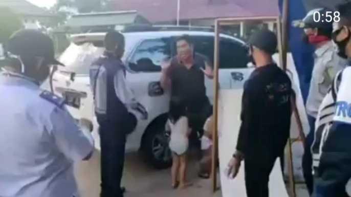 Pakai Mobil, Seorang Ayah Serahkan 2 Anaknya ke Petugas PSBB, Katanya Tak Sanggup Lagi Beli Susu