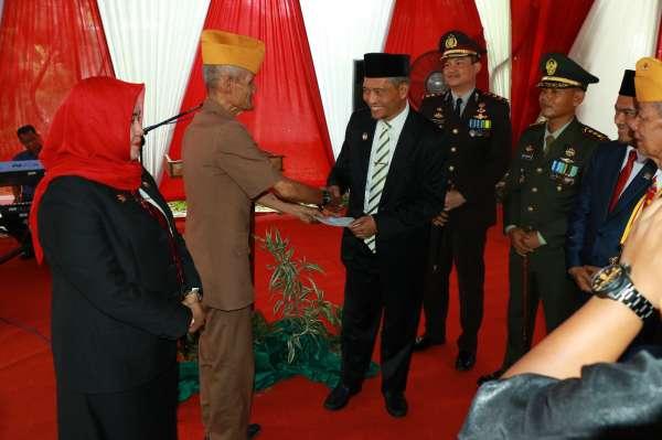 Hari Pahlawan, Wawako Serahkan Bantuan untuk Ratusan Veteran di Pekanbaru