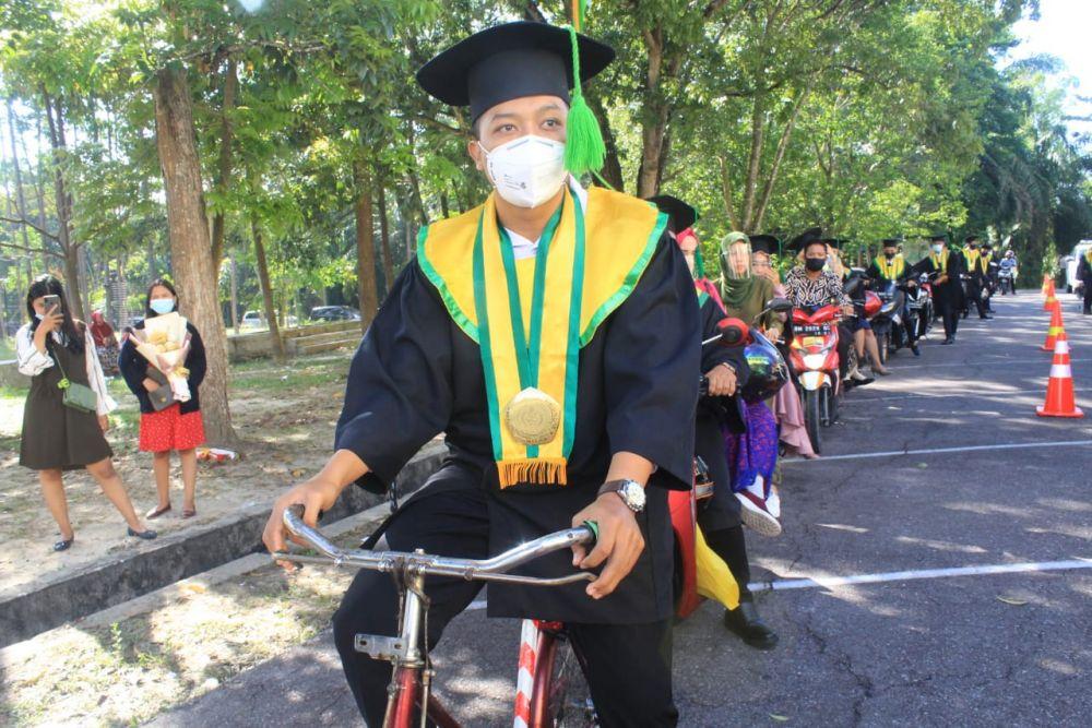 Datang ke Acara Wisuda Drive Thru Naik Sepeda, Mahasiswa di Riau Ini Raih Predikat dengan Pujian