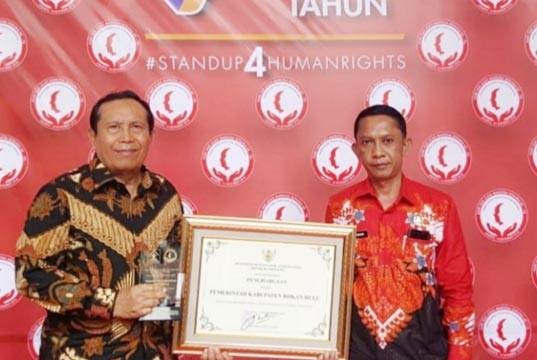 Bupati Rohul Sukiman Terima Penghargaan Kabupaten Peduli HAM