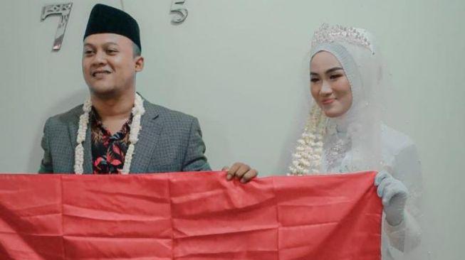 Mumpung Lagi HUT RI, Pengantin Pria Ini Berikan Mas Kawin Bendera Merah Putih