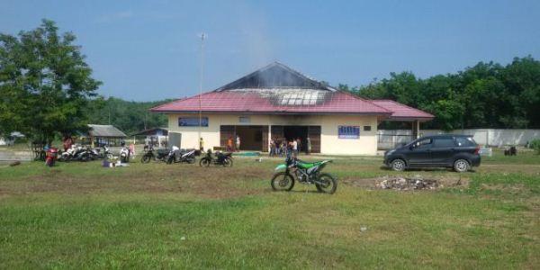 Sedang Beri Makan Ikan, Pegawai Panik, Kantor Balai Benih Ikan Kampar di Salo Terbakar