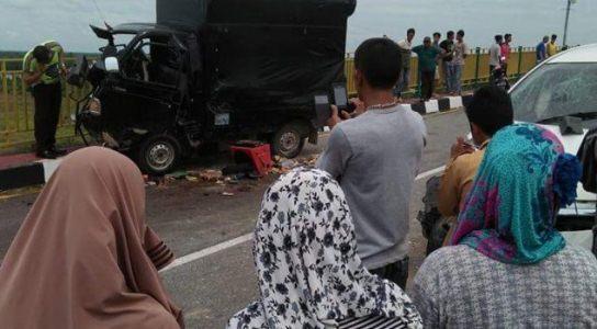 Avanza Adu Kambing dengan Pick Up, Lima Penumpang  Luka Parah di  Jembatan Teluk Mesjid