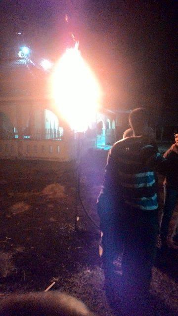 Wuuiiiih..Sumur Bor Mushalla Nurul Yakin Keluarkan Gas Berapi
