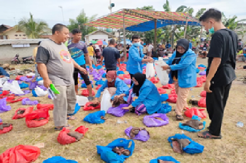 Mahasiswa KKN UIN Suska Riau Ikut Serta Penyembelihan Hewan Kurban di Desa Tanjung Berulak.