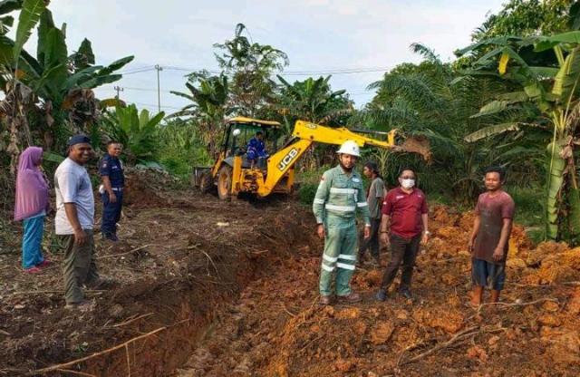 PT SPR Langgak Serahkan Bantuan Alat Berat ke Desa Tandun