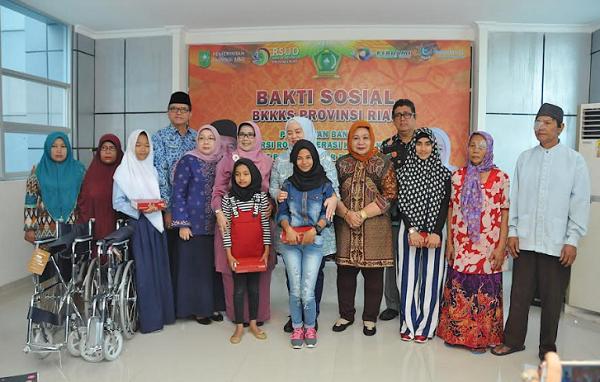 Gelar Bakti Sosial, BKKKS Riau Serahkan Bantuan Kursi Roda dan Alat Bantu Dengar