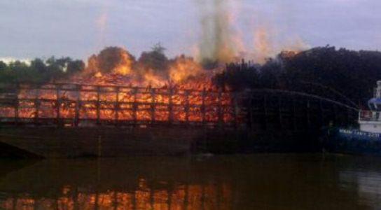 Tongkang Bermuatan Penuh Kayu Akasia Terbakar di Perairan Koto Gasib