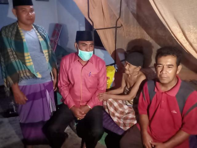 Meski Diguyur Hujan Deras, Legislator Pelalawan H.Aprizal Sambangi Wanita Lansia dan Serahkan Bantuan