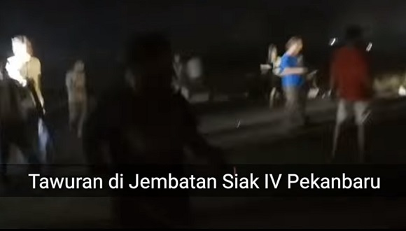 Puluhan  Pemuda Sempat Saling Serang dan Lempar Batu di Jembatan Siak IV
