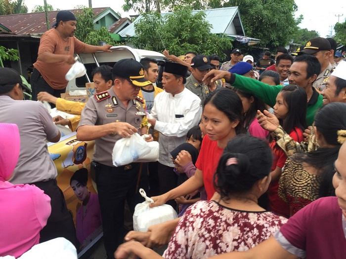 Pemkab dan Polres Inhil Bagi-bagi Ta'jil di Pulau Palas