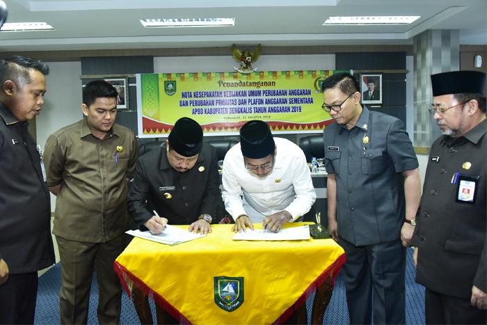 Pemkab dan DPRD Bengkalis Tandatangani MoU Rancangan KUPA PPAS 2019