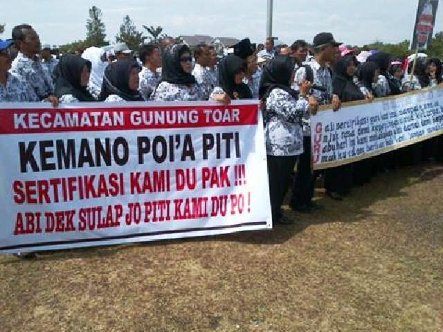 DIDEMO RIBUAN GURU... Pemkab–DPRD Kuansing Sepakat Alokasikan Tunggakan Dana Sertifkasi APBD 2017