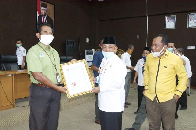 Diserahkan Bupati Pelalawan, Penangkar Bibit Buah Binaan PT RAPP Raih Sertifikat
