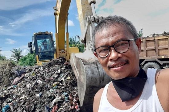 Camat Tambang Bersama Kepala Desa Bersihkan Sampah di Jalan