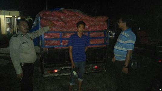 Polisi Amankan 300 Karung Bawang Merah di Medang Kampai Dumai