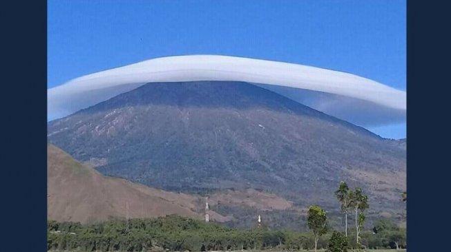 Heboh! Gunung Rinjani Bertopi Putih, Begini Penjelasan BMKG