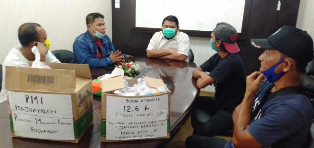 Pemkab dan Legislatif Dinilai Lamban Tangani COVID-19, PMI Perjuangan Bagi Sembako ke DPRD Rohul