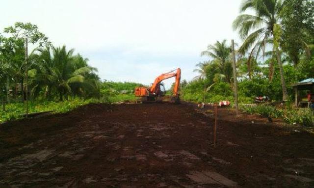 PT NSP Bantu Bersihkan Badan Jalan Desa Sungaitohor Barat