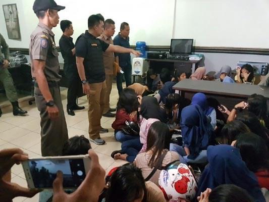 WADUH... Wisma Murah di Arifin Achmad Jadi Tempat Kumpul Kebo Remaja...28 Pasangan Mesum Ditangkap