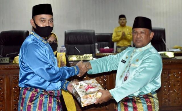 Sekda Kampar Serahkan Materi KUPA-PPAS kepada Ketua DPRD Kampar