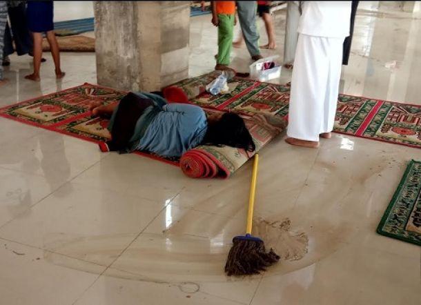 Astaga! Tercium Bau Busuk di Masjid, Wanita Ini Tergolek Lemah di Karpet Sajadah, Diduga Baru Gugurkan Kandungan